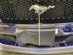 フォードマスタングストライプラッピングフロントバンパー施工中
