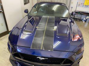 フォードマスタングストライプラッピングボンネット施工中