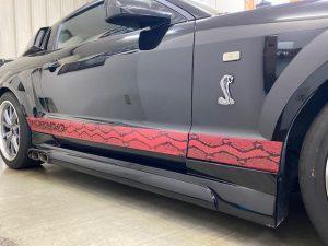 フォードマスタングオリジナルパイソン柄ストライプ施工サイドステップ右