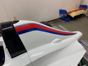 フォーミュラーエンジョイ2デザインラッピング施工中エンジンフード
