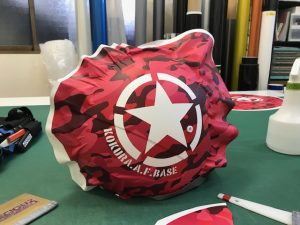 ヘルメットラッピング子供用ヘルメット迷彩カラー施工中